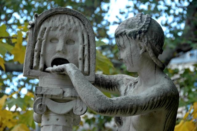 La vérité - Sculpture du Jardin des Plantes à Paris, qui fait référence à une légende romaine selon laquelle on ne peut retirer sa main de la bouche de la vérité que si l'on n'a pas menti.