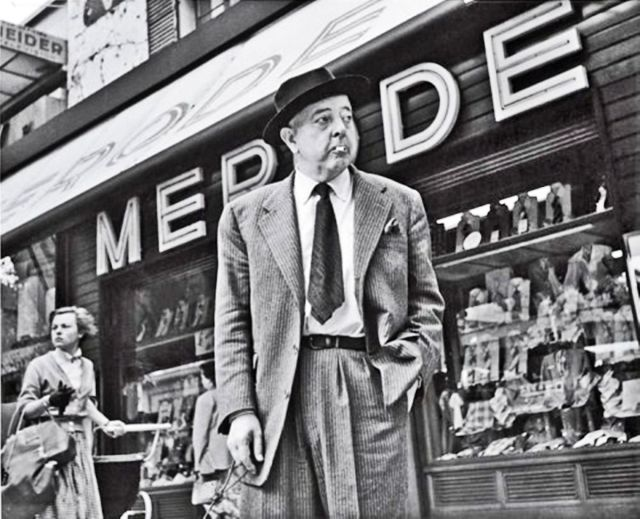 Prévert devant le magasin Merode